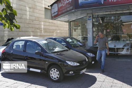 خبرنگاران بازار راکد خودرو در انتظار ریزش قیمت ها